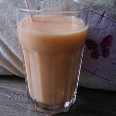 Koktajl-danio-2-brzoskwinie-łyżeczka-miodu